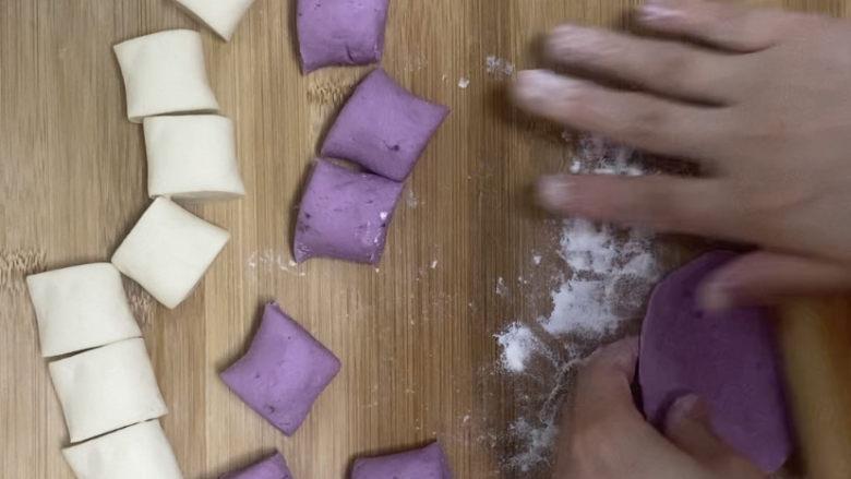 紫薯玫瑰花馒头,将面剂子擀成薄片