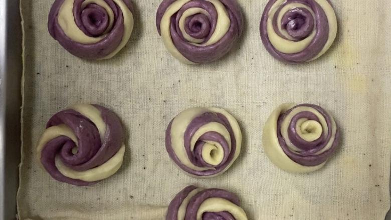 紫薯玫瑰花馒头,出锅前闷大概2至3分钟会更好,第一次做,有点丑,但是超预期了,哈哈,赶紧要去给老公表白了,哈哈