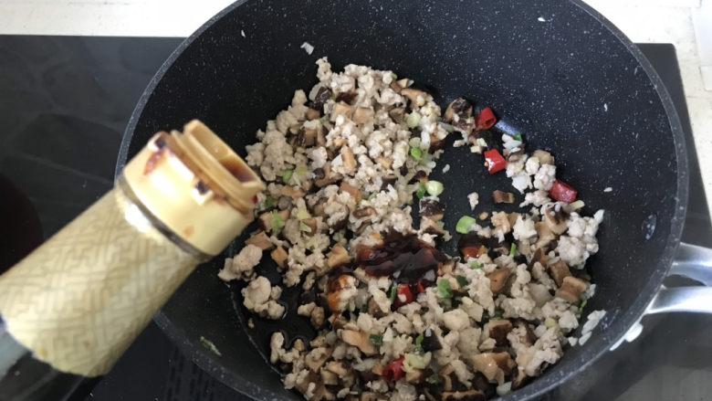 香菇肉末豆腐,再倒适量的生抽调味;