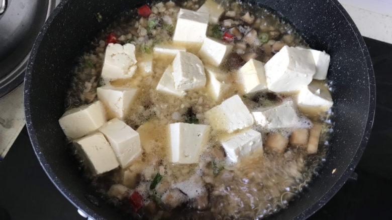 香菇肉末豆腐,水沸腾后放入豆腐;