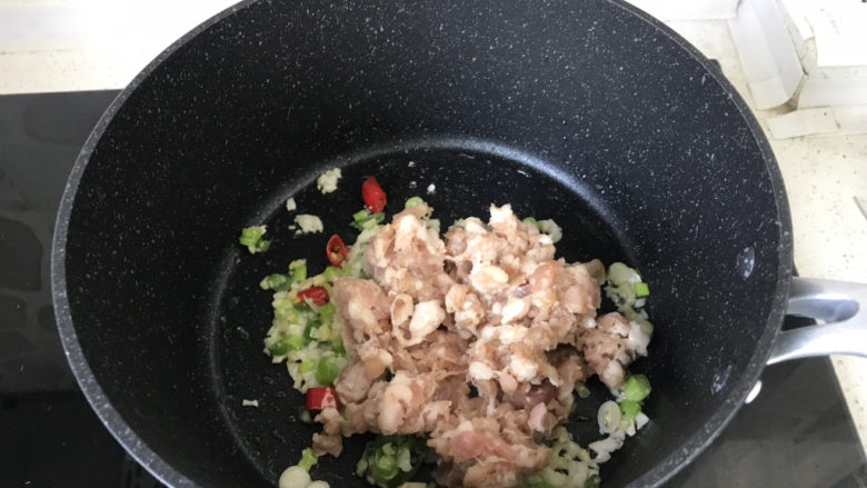 香菇肉末豆腐,再放入肉糜翻炒;