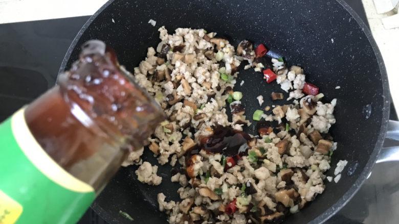 香菇肉末豆腐,倒入适量蚝油;