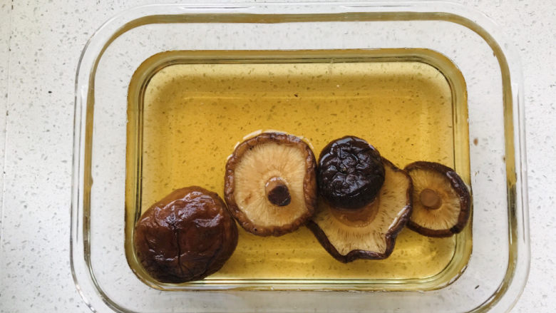 香菇肉末豆腐,香菇泡好之后,留下香菇水;