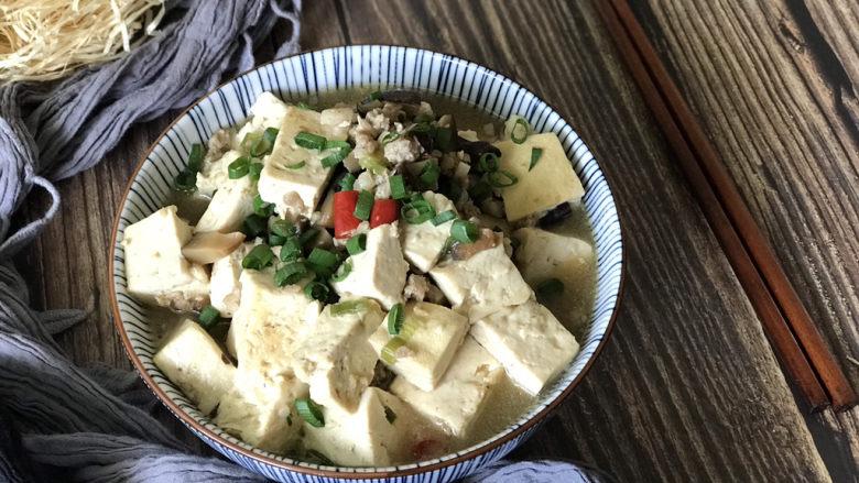 香菇肉末豆腐,收汁后出锅盛盘,撒上葱花,齐活儿!