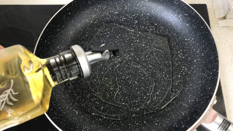 孜然鸡胸肉,煎锅内倒入适量食用油;
