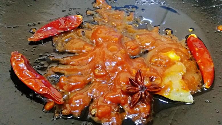 香辣牛腩,放入豆瓣酱小火炒出香味。