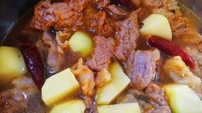 香辣牛腩,放入土豆块和适量开水。