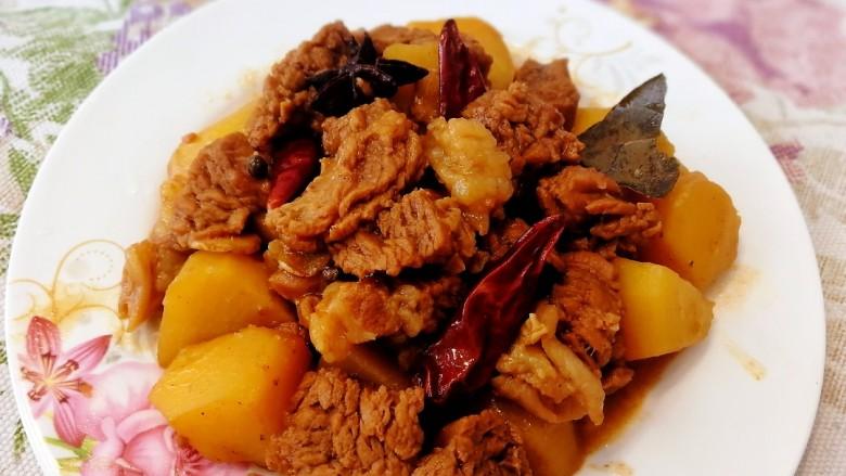 香辣牛腩,汤汁收干即可盛盘,香辣入味,可搭米饭可搭面条可搭馒头。