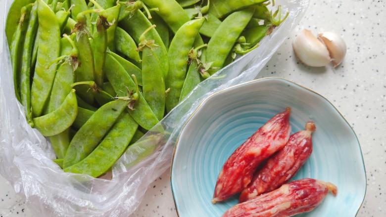 荷兰豆炒香肠,首先我们准备好所有食材