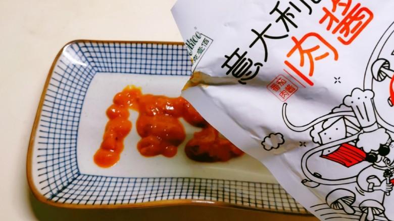 酱心营养饭团,将酷克壹佰番茄肉酱挤到盘子上 摊平备用