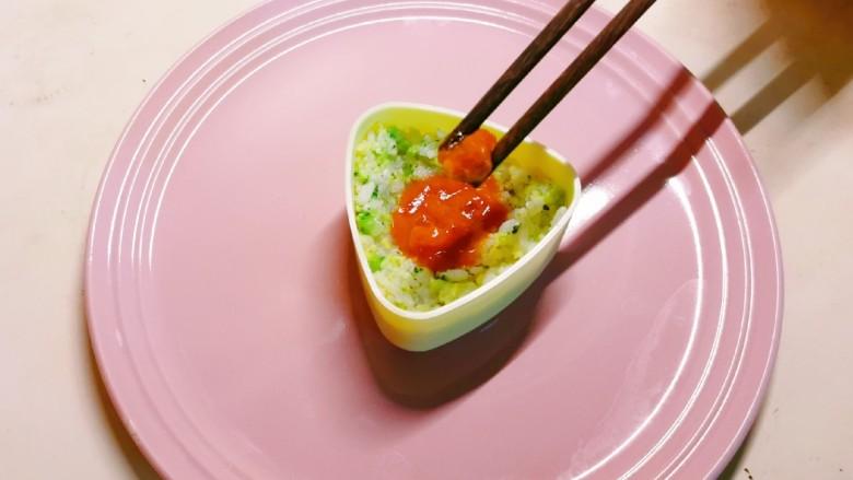 酱心营养饭团,将酷克壹佰番茄肉酱放入凹陷部位,用筷子规范一下。