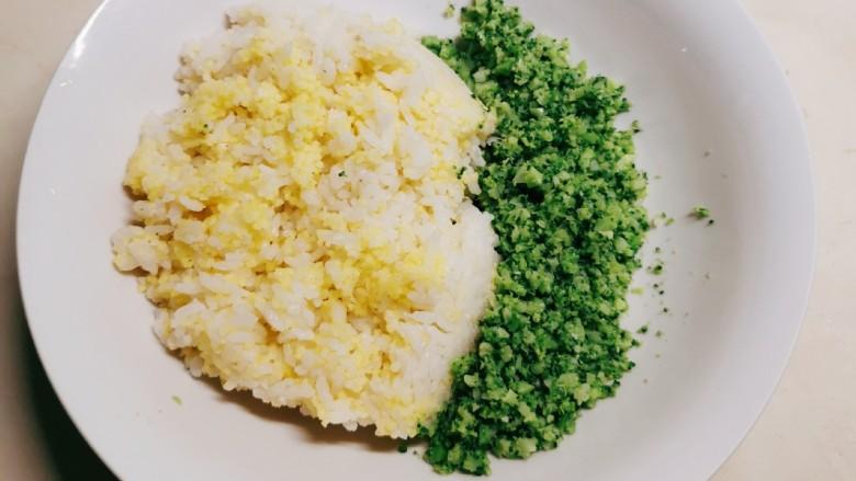 酱心营养饭团,西兰花碎与米饭放入大碗