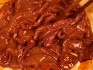 Stir-fried pork liver with onions in the home-cooked style, add the taste of the pork liver, appropriate amount of salt, rice wine, light soy sauce, stir well, add appropriate amount of starch and stir well again for later use!