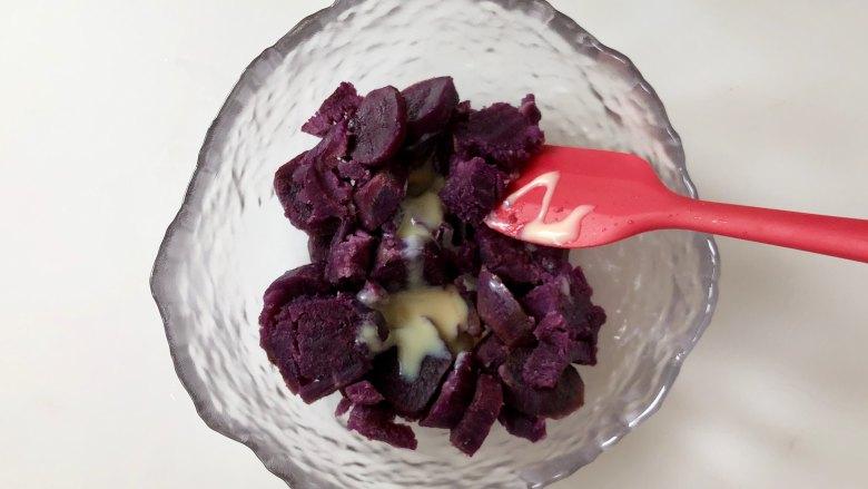 紫薯肉松芝士三明,紫薯中加入<a style='color:red;display:inline-block;' href='/shicai/ 893'>炼乳</a>,也可以加蜂蜜、麦芽糖或加淡奶油,因为紫薯比较干,加入液态的调味剂不仅可以增加风味,也可以起到湿润的作用。
