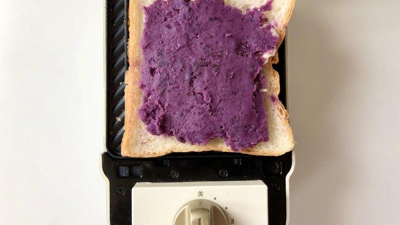 紫薯肉松芝士三明,再抹上紫薯泥,我抹的比较厚,根据自己的喜好添加。
