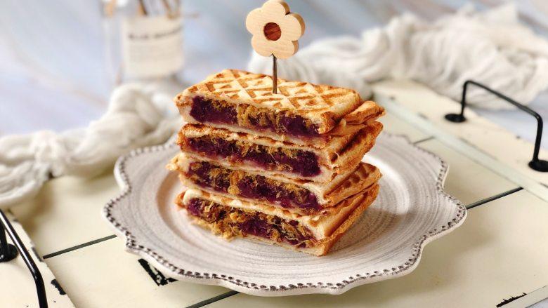紫薯肉松芝士三明,然后把三明治从中间切开,叠起来,插上小花水果签,美美哒!
