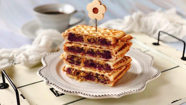 紫薯肉松芝士三明,我用冲了一杯黑咖啡,给孩子们煮了豆浆,美味的早餐吃起啦吧!当作下午茶也不错哦~