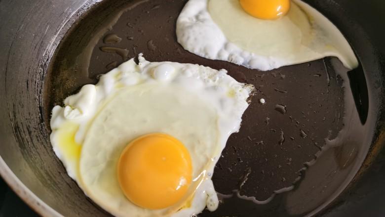芝士火腿三明治,<a style='color:red;display:inline-block;' href='/shicai/ 9'>鸡蛋</a>打入锅里两面煎熟。