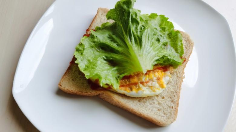 芝士火腿三明治,放上一片生菜。