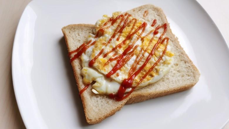 芝士火腿三明治,鸡蛋上面挤上些<a style='color:red;display:inline-block;' href='/shicai/ 753'>番茄沙司</a>。