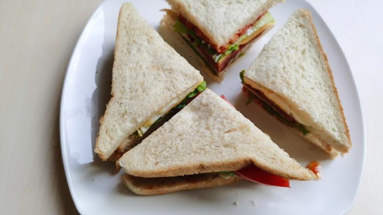 芝士火腿三明治,对角线切成两份或者四份。
