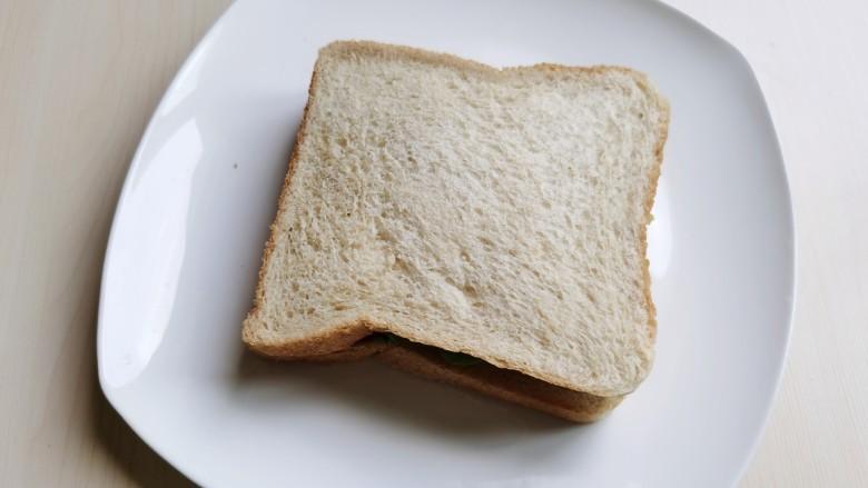 芝士火腿三明治,盖上一片面包片。