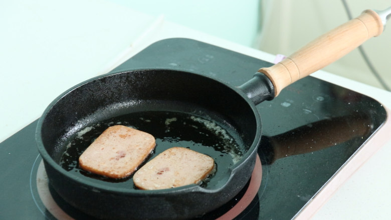 芝士火腿三明治,煎至两面金黄后备用
