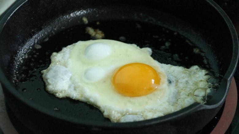 芝士火腿三明治,再来煎一个鸡蛋