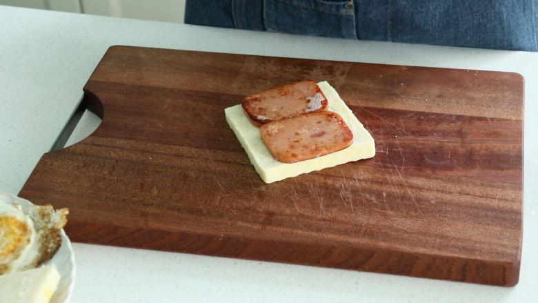 芝士火腿三明治,将煎好的火腿片放到吐司片上