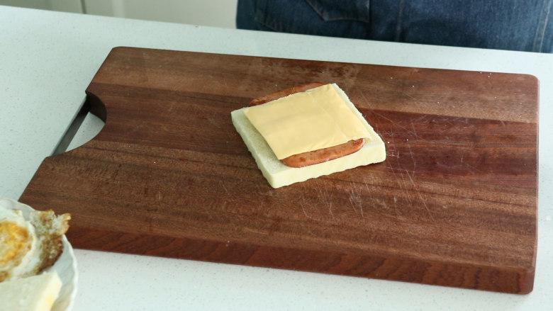 芝士火腿三明治,再放上一层芝士片