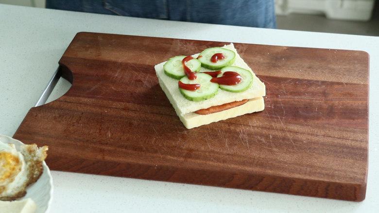 芝士火腿三明治,挤上番茄酱