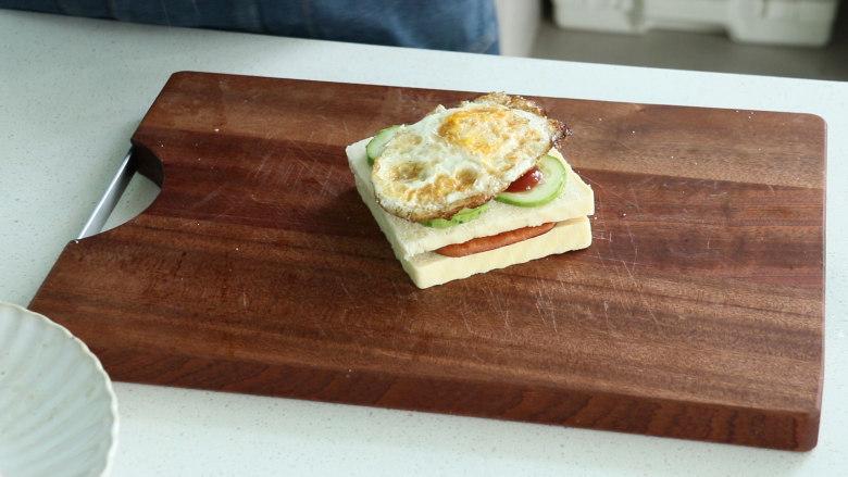 芝士火腿三明治,放上煎蛋