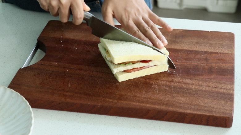 芝士火腿三明治,然后用到将三明治对角切开就可以了