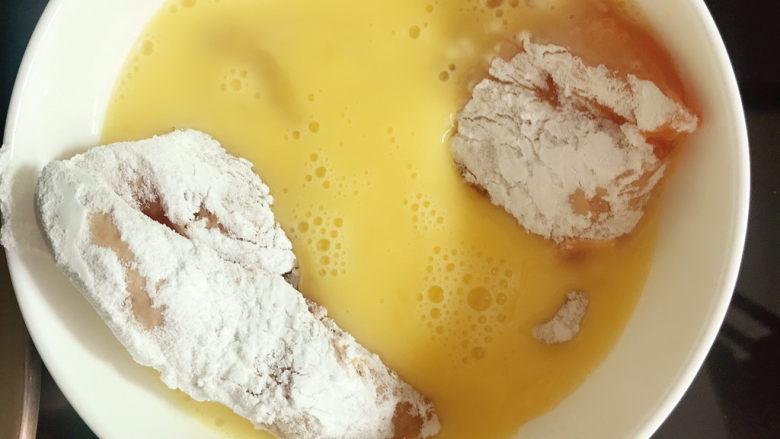 黄金鸡排,放入蛋液中打个滚。