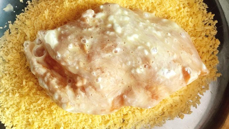 黄金鸡排,捞出后放入面包糠中。