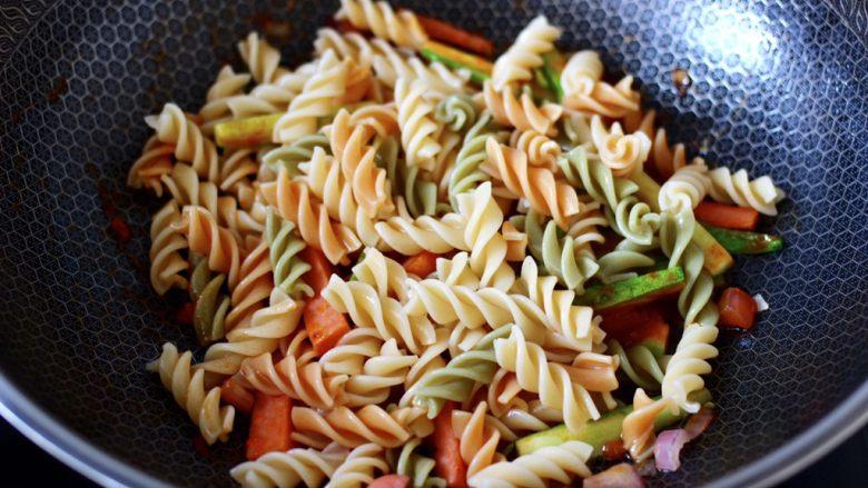 懒人版快手黄瓜火腿意面,这个时候加入煮熟的彩色意面。