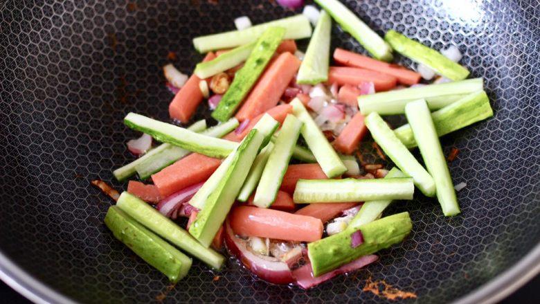 懒人版快手黄瓜火腿意面,这个时候加入黄瓜条。