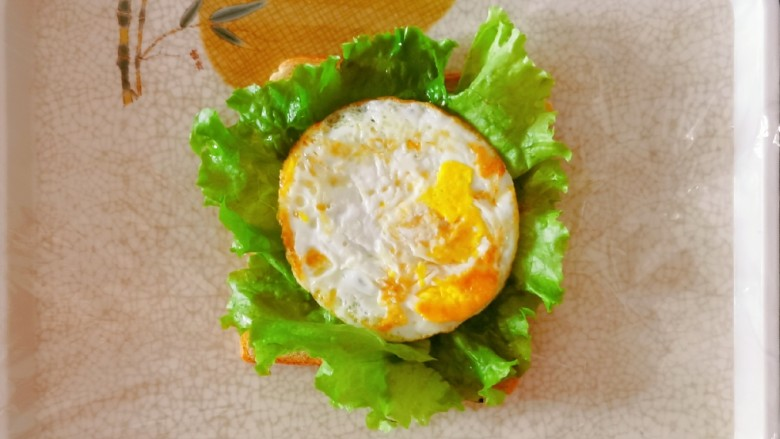 芝士火腿三明治,放入煎鸡蛋