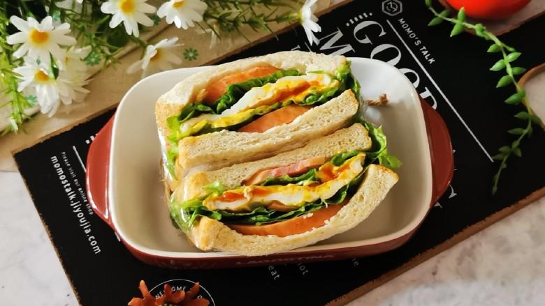 芝士火腿三明治,对半切开即可食用