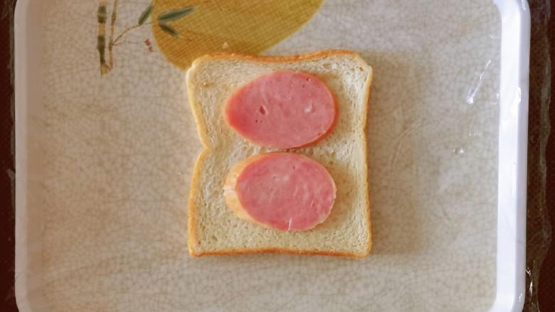 芝士火腿三明治,放上2片火腿肠