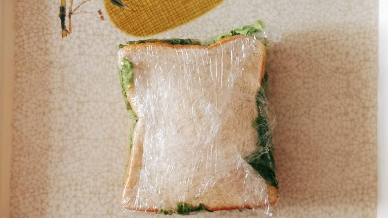 芝士火腿三明治,用保鲜膜包起来