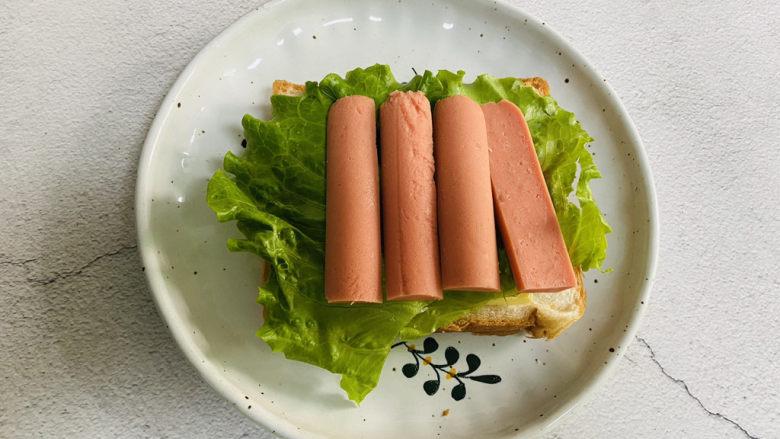 芝士火腿三明治,放上火腿