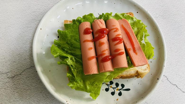 芝士火腿三明治,挤入少许番茄酱