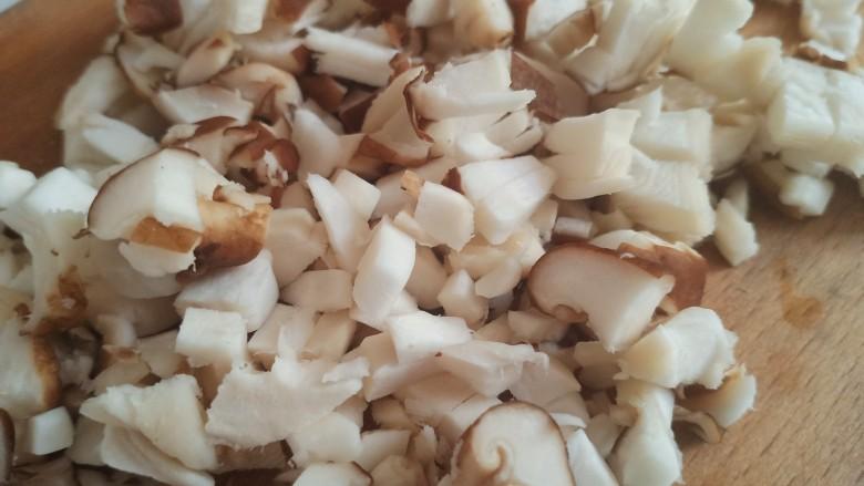 香菇肉末豆腐,香菇清洗干净后用力挤出水分,切成丁。一定要把里面的水挤出来,不然做出来的水分大,不好吃。
