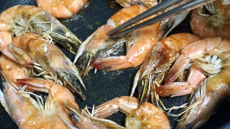 好吃到吮指的油焖大虾,煎至两面变红出虾油,期间可以压一压大虾的头部,使得大虾出更多的虾油。