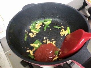 好吃到吮指的油焖大虾,加入番茄酱略炒片刻。