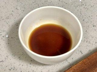 好吃到吮指的油焖大虾,碗里加入1勺生抽,1勺料酒,1茶匙白砂糖拌匀备用。