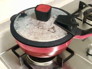 好吃到吮指的油焖大虾,加盖焖制一会儿,焖至汤汁浓稠即可。