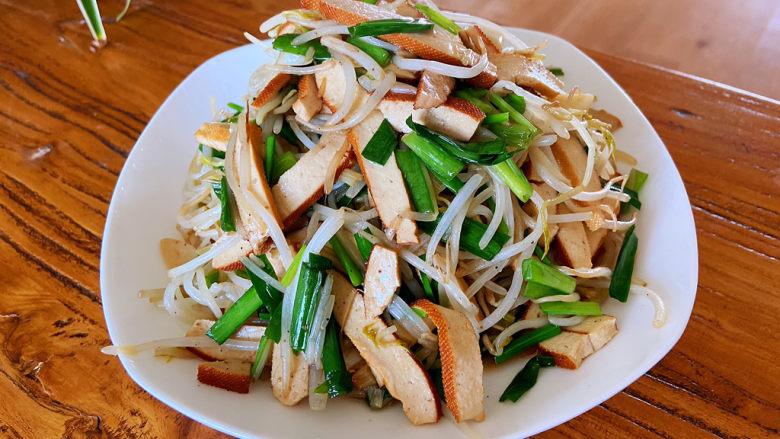 醋溜豆芽,韭菜断生就可以出锅了。