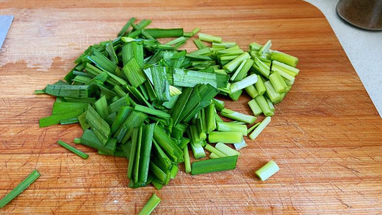 醋溜豆芽,两韭菜切成段,韭菜不用放太多,它起到的作用是提鲜。